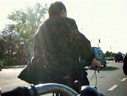 De fietsterrorist op heterdaad digitaal vastgelegd.
